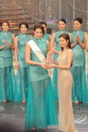 岑麗香頒友誼小姐獎給楊筑晶(夏威夷)。