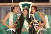 冠軍得主李思佳(中)接受亞軍劉思延(左)及季軍雷莊𠒇 (右)吻賀。