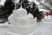 2018年1月8日,哈爾濱太陽島雪博會展出第五屆「冬之韻」全國大學生雪雕比賽的最佳技巧獎作品——黑龍江工業學院的《城市印象》。(新華社)