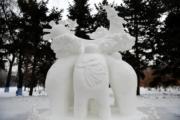 第五屆「冬之韻」全國大學生雪雕比賽一等獎作品——江西景德鎮陶瓷大學3隊的《築夢》。(新華社)