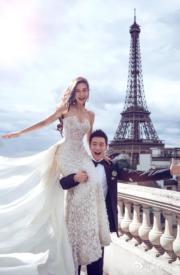 黃曉明(右)與Angelababy(楊穎,左)2015年10月結婚,二人在巴黎艾菲爾鐵塔前拍攝婚照。(資料圖片)