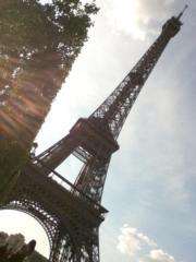 法國巴黎艾菲爾鐵塔旁有一大片草地,遊人可在該處野餐。(黃廷希攝)