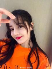 【2017亞洲最時尚女性臉孔】第1位:內地女星迪麗熱巴(迪麗熱巴微博圖片)