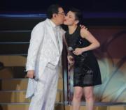 吻劉美君。