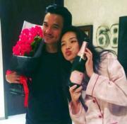 馮德倫43歲生日,穿上粉紅色睡衣及手持粉紅色香檳的舒淇為丈夫送上最甜蜜的祝福。