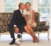 何潤東在內地拍戲時受了腳傷,但也旅風式飛返台灣24小時陪太太慶祝紙婚,惜惜曬甜蜜。