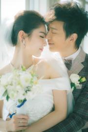 鄧健泓與拍拖5年的石詠莉去年尾結婚,雙雙露出幸福笑容。