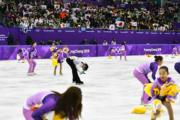 【平昌冬奧】羽生結弦的粉絲向冰場拋出小熊維尼布偶,形成「小熊維尼雨」,工作人員會拾起布偶並捐予慈善團體。(法新社)