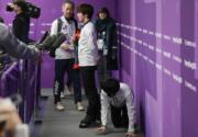 【平昌冬奧】宇野昌磨是今屆冬奧花滑亞軍,他接受電視傳媒訪問時,羽生為免出現在鏡頭搶去隊友的焦點,跪在地上慢慢爬走。(朝日新聞Twitter圖片)