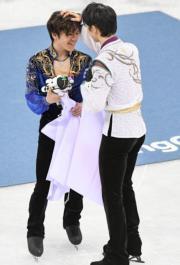 【平昌冬奧】羽生結弦(右)與隊友宇野昌磨(左)分別奪得金牌和銀牌。(法新社)