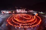 浙江省磐安縣冷水鎮箬坑村,村民舞動上百米長的板凳龍燈,歡度元宵節。(新華社)