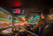 「香港人和事組」第三名 得獎者:莊俊傑,作品:那夜凌晨,我坐上了開往時光隧道的紅Van,拍攝地點:旺角(國家地理雜誌提供 )