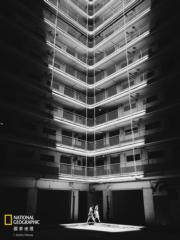「手機組」第三名 得獎者:張俊謙,作品:井底之光 Light it Well,拍攝地點:禾輋邨(國家地理雜誌提供)