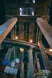 「香港未來組」佳作 得獎者:徐俊傑,作品:石柱高樓林立,拍攝地點:青衣(國家地理雜誌提供 )