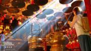 「香港人和事組」佳作 得獎者:張文軒,作品:文武廟內的曙光,拍攝地點:上環文武廟(國家地理雜誌提供 )