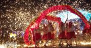 武漢歡樂谷遊樂園內,上演「火龍鋼花」慶元宵。(新華社)