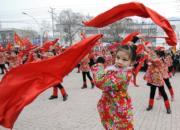 河北小朋友表演舞蹈迎佳節。(新華社)