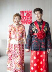 林奕匡和太太身穿中式禮服,十指緊扣影相。