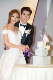 林奕匡和太太Rikko切結婚蛋糕。(攝影:黃梓烜)
