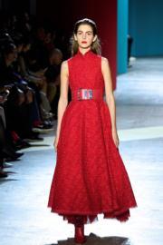 【巴黎時裝周】Shiatzy Chen的模特兒以紅色腰帶配紅色連身長裙,令身材更顯修長。(法新社)