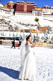 2018年12月19日,有人在布達拉宮廣場拍婚紗照。(新華社)