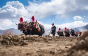 西藏傳統春耕儀式──村民盛裝,端着「切瑪」(象徵五穀豐登) 聚集在田頭,互敬青粿酒,開始撒種,祈福一年的豐收。(中新社)