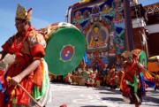 背鼓跳神法會──貢嘎曲德寺跳神僧人表演傳統鼓舞「阿羌姆」。(新華社)