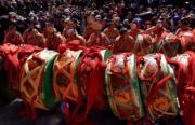背鼓跳神法會──貢嘎曲德寺跳神僧人跳完舞在場邊休息。(新華社)