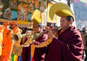 2018年2月12日,拉薩色拉寺舉行一年一度「色拉崩堅」宗教節,僧人吹響法號。 (新華社)