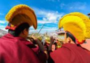 2018年2月6日,西藏大昭寺大經桿「換裝日」,大昭寺僧人於更換大昭寺大經桿上的經幡時吹響法號。 (新華社)