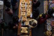 2018年2月11日,拉薩卡塞生意日漸紅火。卡塞是一種油炸麵食,是藏族人款待客人的點心,也是藏歷新年必備的年貨之一。圖為年貨市場上的卡塞。(中新社)