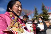 2018年2月6日,拉薩年貨市場中,市民迎請新佛像,以求吉祥。(新華社)