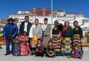 2018年2月15日,來自西藏巴青縣的一家人,在拉薩布達拉宮廣場前留影。2018藏曆新年和農曆春節恰逢同一日,除夕的拉薩布達拉宮廣場呈現濃濃節日氛圍。(新華社)