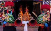2018年3月2日,當日是藏曆新年最後一日,西藏山南貢嘎縣貢嘎曲德寺按照傳統舉行展佛法會,僧人們身背16公斤重的鼓表演傳統鼓舞「阿羌姆」,祈求風調雨順。(新華社)