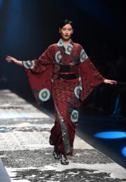 【東京時裝周】模特兒穿上設計師齊藤上太郎(Jotaro Saito)2018年秋冬系列和服。(法新社)