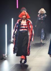 【東京時裝周】設計師Viviano Sue 2018秋冬系列時尚服裝(法新社)