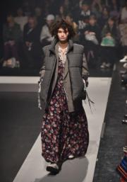 【東京時裝周】模特兒展示2018秋冬系列時尚服裝。(法新社)