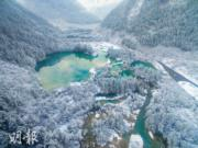 2018年3月8日,九寨溝部分景觀恢復開放。圖為春雪下的九寨溝景區樹正群海。(新華社)