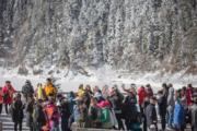 2018年3月8日,四川九寨溝部分景觀重開,遊客遊覽九寨溝長海景點。(新華社)