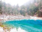 九寨溝名聞遐邇的「九寨藍」,因為湖底生長有不同色彩的藻類而散射不同彩光。(2004年資料圖片)