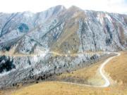 前往九寨溝神仙池的道路彎多。(2004年資料圖片)