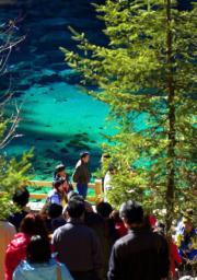 遊客在九寨溝景區「五彩池」遊覽。(2003年新華社資料圖片)