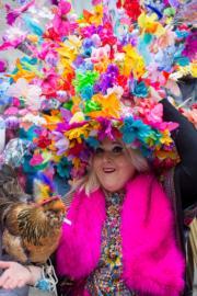 【復活節花帽巡遊——紐約】民眾悉心打扮,造型別出心裁。(新華社)
