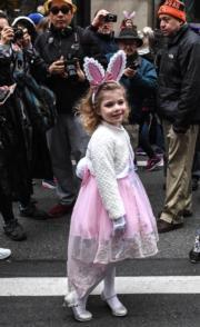【復活節花帽巡遊——紐約】女孩打扮成兔子參與巡遊。(法新社)