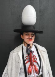 【復活節花帽巡遊——紐約】有人戴上復活蛋造型帽子。(法新社)