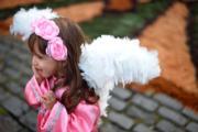 【復活節——巴西】女孩打扮成小天使參加復活節活動。(法新社)