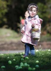 【復活節尋蛋活動——溫哥華】3月31日,加拿大溫哥華舉行復活節尋蛋活動。圖為女孩在草地上尋找復活蛋。(新華社)