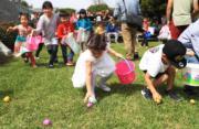【復活節尋蛋活動——洛杉磯】4月2日,於美國洛杉磯的教堂外,小朋友在草地上撿拾復活蛋。(新華社)