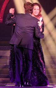 2人共舞。