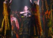 小恩子表演充滿印度風的歌舞。